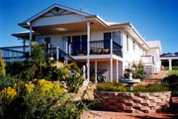 Lovering's Beach Houses - The Whitehouse Emu Bay - Mackay Tourism