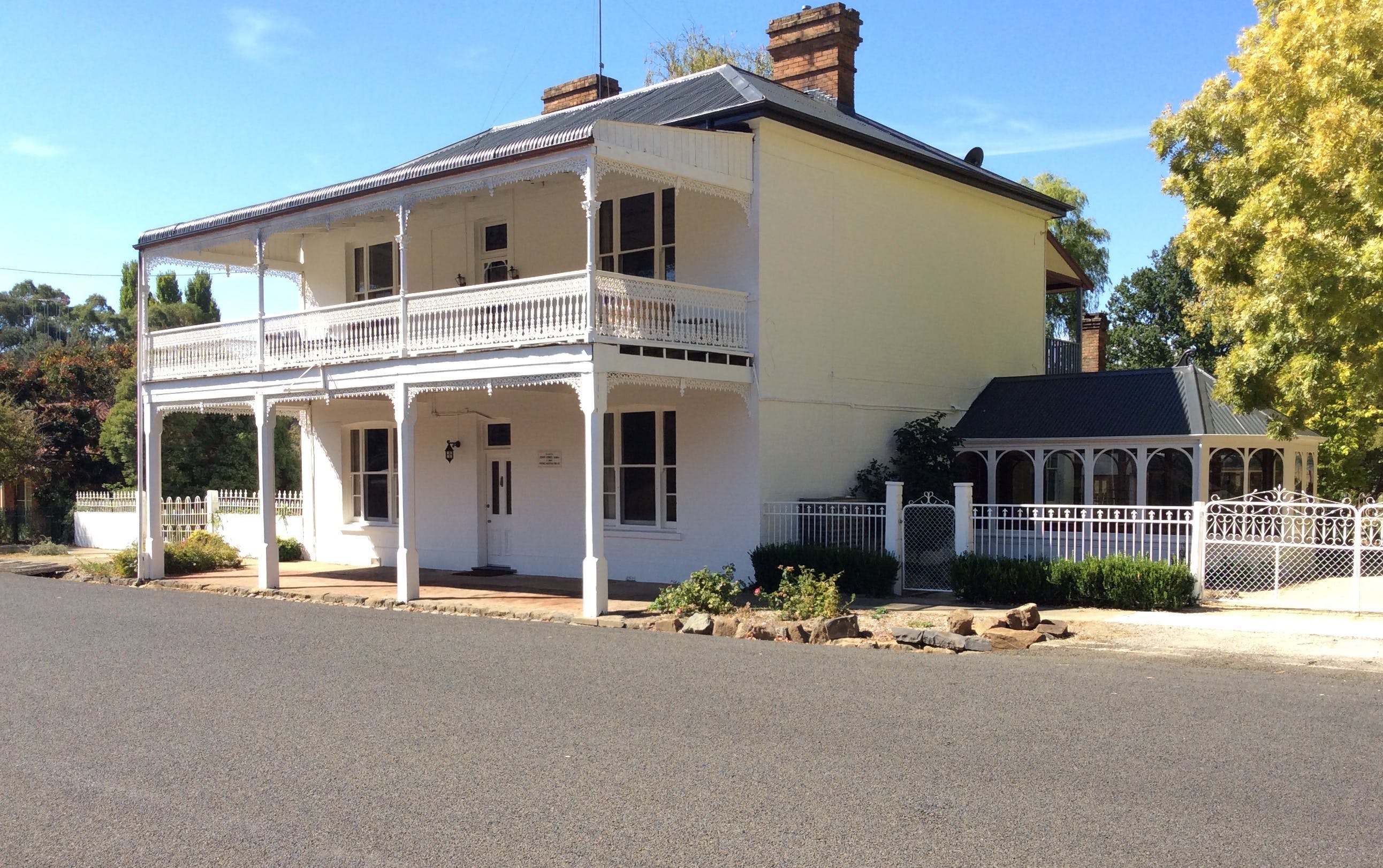 The White House Carcoar - Mackay Tourism
